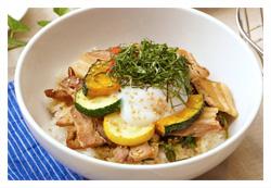 塩豚と夏野菜のスタミナ丼 ~温泉卵のせ~の写真