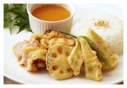 人参の冷たいあんで二度美味しい、醤油麹鶏と野菜の天ぷらの写真